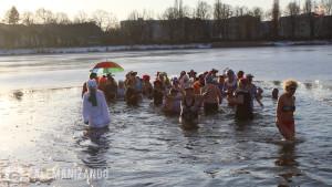 Pessoas tomando banho no lago congelado na Alemanha