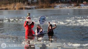 Pessoas tomando banho no lago congelado na Europa